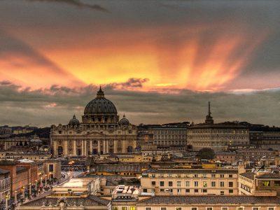 """Podría tratarse de una broma pero, francamente, no lo es. Los escándalos acuciantes relacionados con la Banca Vaticana parece que han soliviantado el espíritu de ambas partes que ha quedado plasmado en un acuerdo de transparencia fiscal firmado el pasado miércoles 1 de abril de 2015 por el responsable de Asuntos Exteriores de la Santa Sede y el ministro de finanzas de Italia, lo que comporta a grandes rasgos que el Vaticano haya dejado de ser un """"paraíso fiscal"""". Este acontecimiento conlleva que el banco entregará automáticamente a la Hacienda italiana todos los datos de las personas físicas, sociedades, diócesis, organizaciones católicas y órdenes religiosas con residencia en Italia. En esta línea, y en la del propio Papa Francisco se ha pronunciado George Pell, el nuevo secretario de Economía del Vaticano: """"La transparencia es la mejor medicina"""". A partir de ahora, ninguna persona ni física ni jurídica residente en Italia podrá ser evasor fiscal; además, el Banco del Vaticano especificará el importe de las retenciones sobre intereses, de este modo, se convierte, al igual que todos los bancos italianos, en colaborador del fisco. Finalmente, se suscitan una serie de dudas cómo la insuficiencia en las pronunciaciones de las partes implicadas en relación a la retroactividad de este nuevo acuerdo que puede suscitar controversias en un futuro no muy lejano. Y por último, esa abnegación que se parece vivir en la OCDE en todo lo atinente a la transparencia, cuando quizás debió abrirse la caja de Pandora mucho antes, considerando que la existencia de paraísos fiscales se daba porque en la cara de la misma moneda existían los infiernos fiscales."""